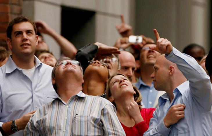 personas señalando hacia el cielo