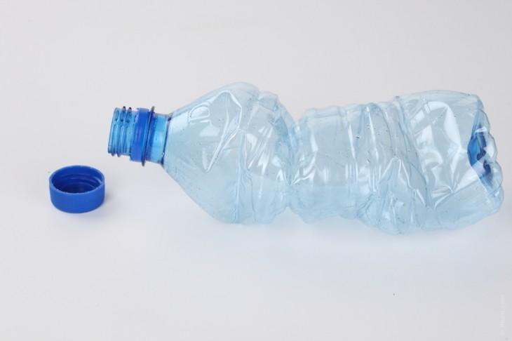 botella de plástico un poco arrugada