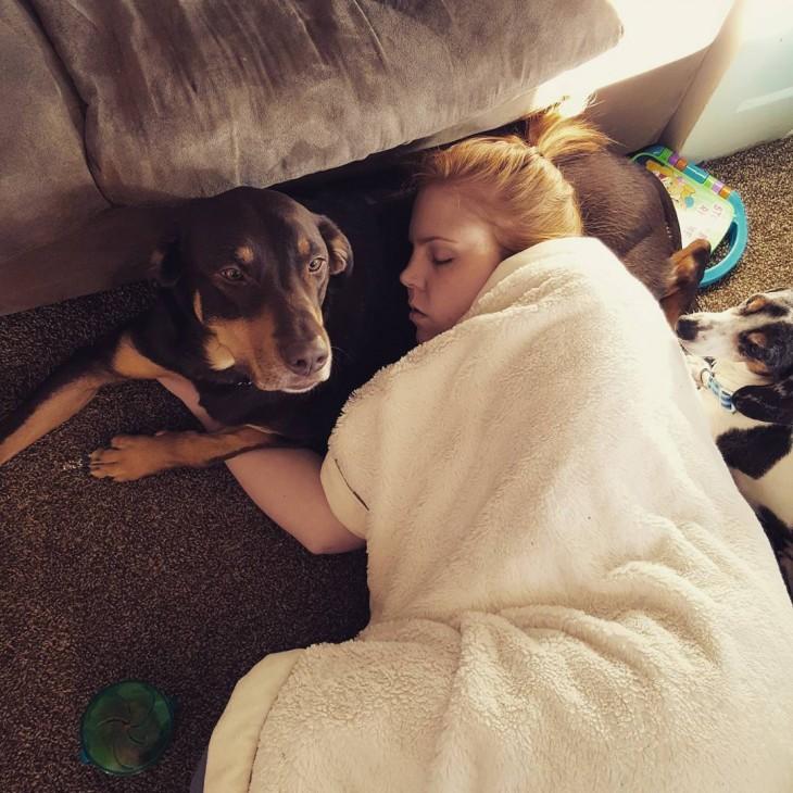 imagen de una chica acostada sobre su perro
