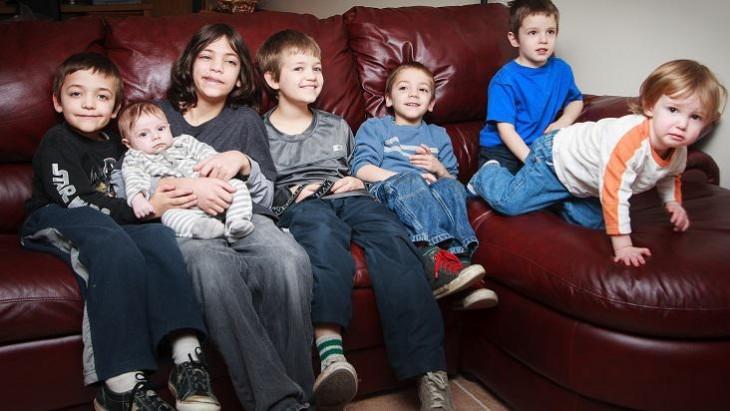 fotografía de muchos niños sentados en un sillón