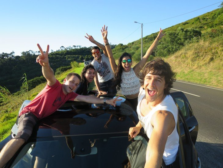 selfie de chicos dentro de un carro en una carretera