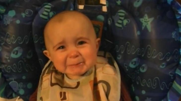 cara de un bebé llorando