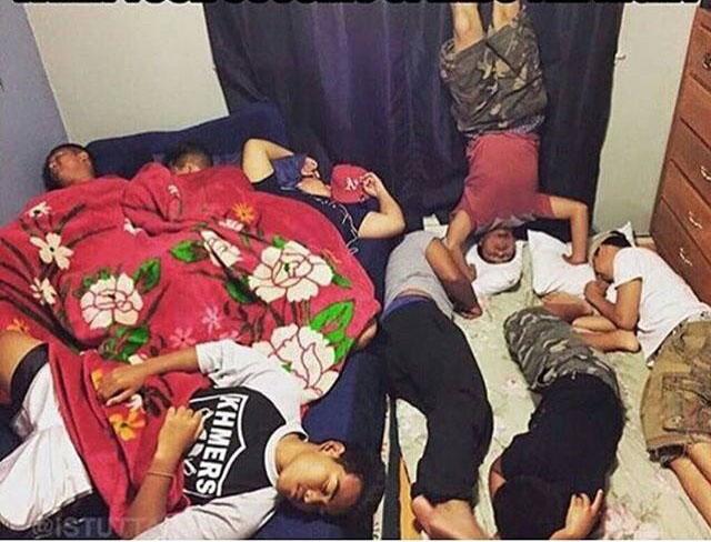 fotografía de varios chicos dormidos juntos en un sólo cuarto