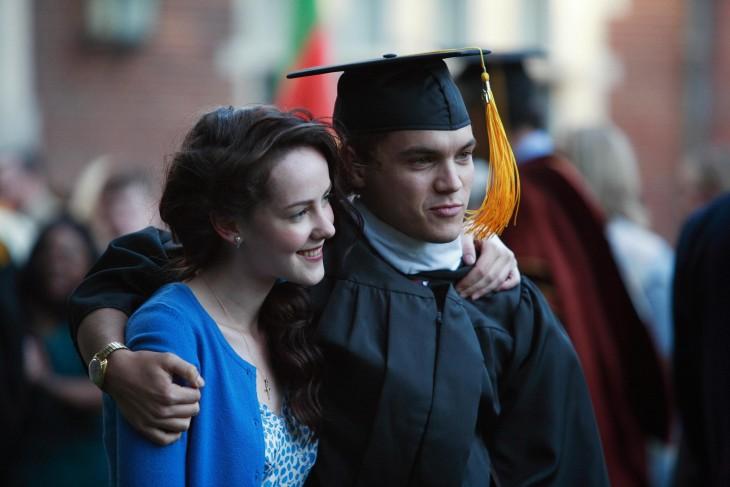 chica abrazando a un chico con toga de graduado