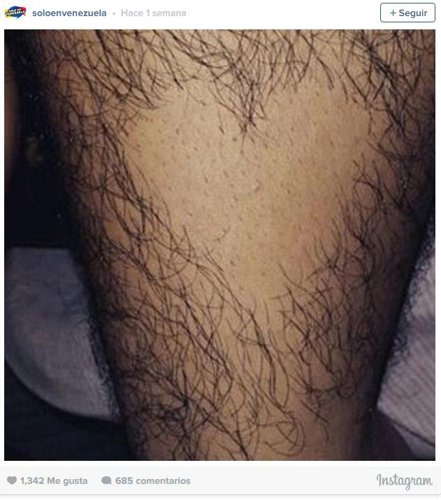captura de pantalla que muestra la pierna de un hombre con una depilación en forma de corazón