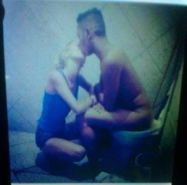 imagen de un hombre sentado en la taza del baño dando un beso a su novia