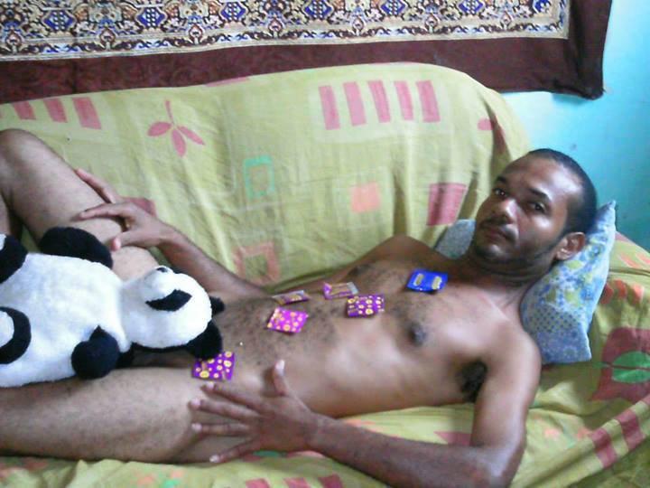 imagen de un hombre con un panda en la entrepierna y condones sobre su cuerpo