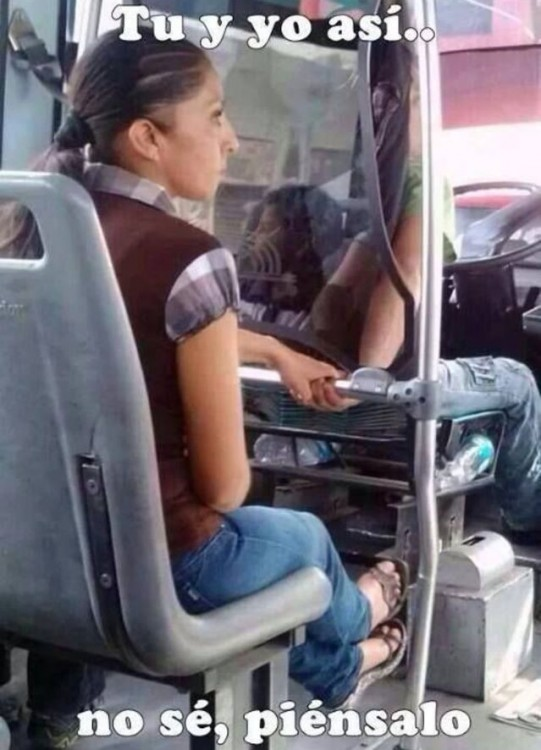 imagen de una mujer agarrada de la mano del chofer de un autobús