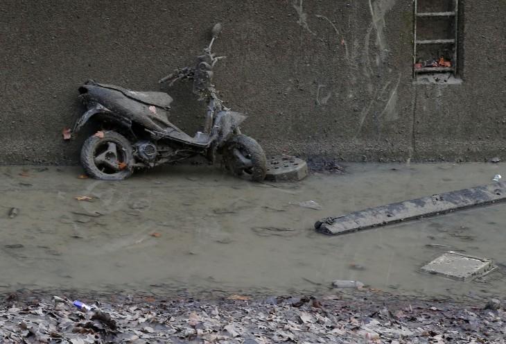 motocicleta abandonada hundida en el canal Saint-Martin en París