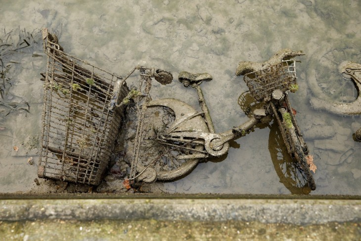 bicicleta abandonada en el canal Saint-Martin en París