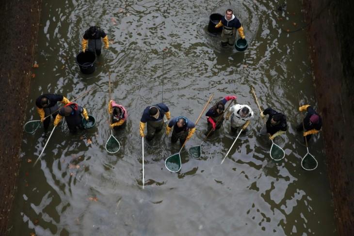 trabajadores públicos en París limpiando un canal