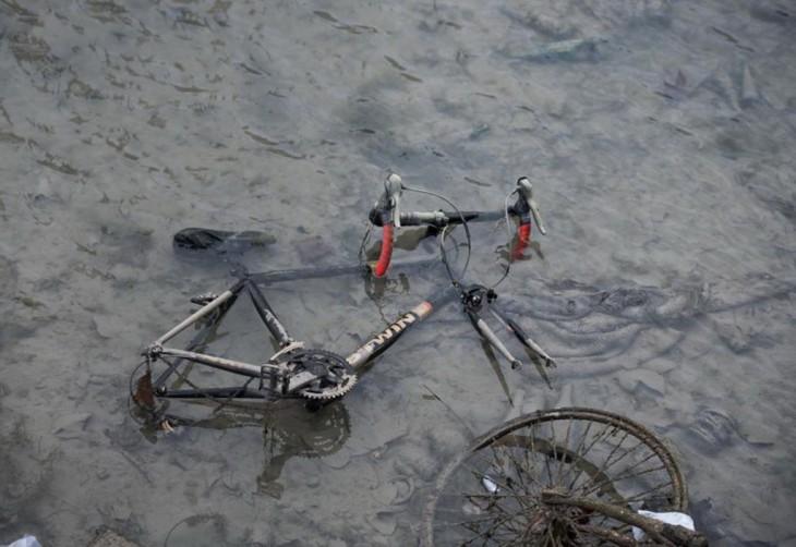 Bicicleta hundida en un canal contaminado en París