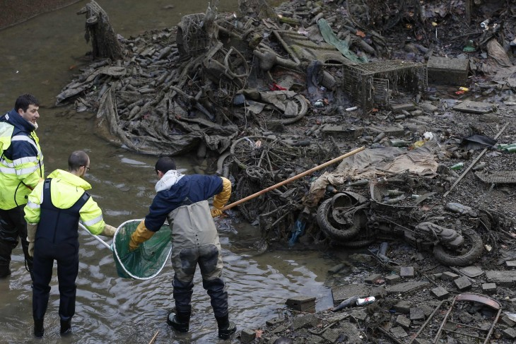 trabajadores públicos de París limpiando el canal Saint-Martin