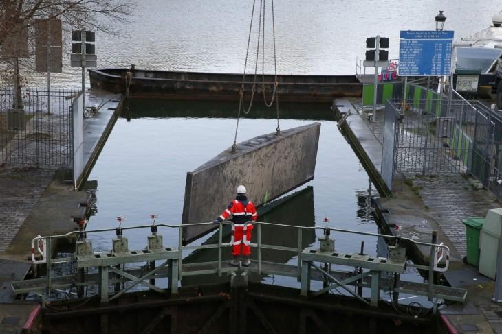 personal público de París trabajando en el canal de Saint-Martin, París