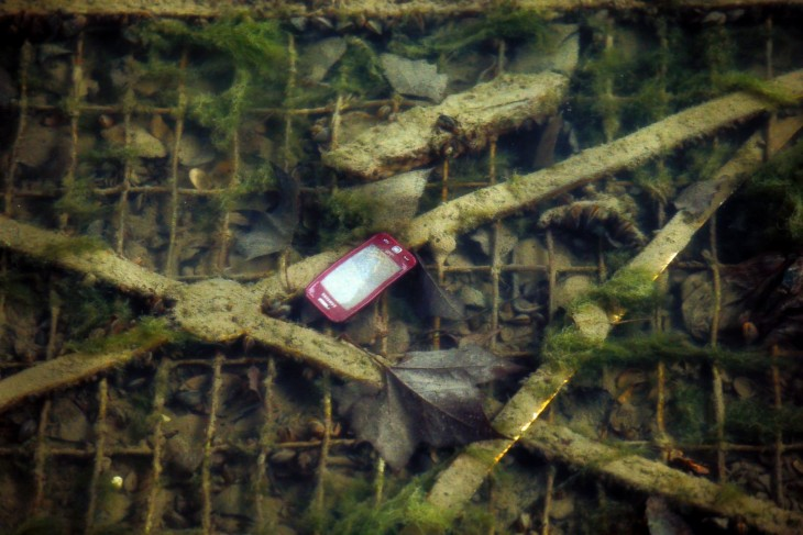 celular en el fondo del contaminado canal de Saint-Martin en París