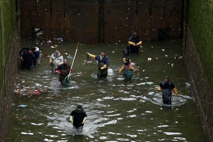 personas drenando un canal en París