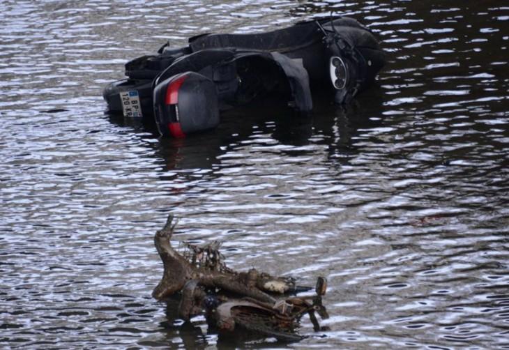 motocicleta hundida en el canal Saint-Martin, París