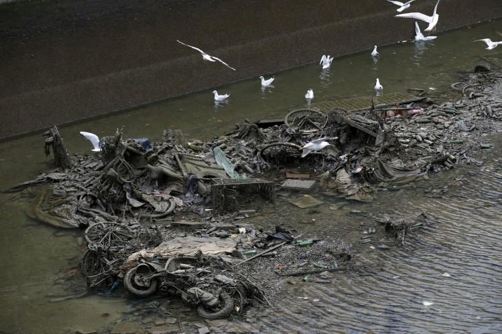 cosas hundidas en un canal abandonado en París