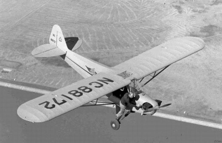 Piloto intentando reparar el motor del avión que estaba en el aire