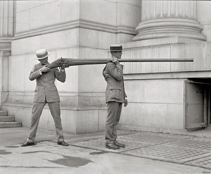 arma para cazar patos era utilizada por dos hombres debido a sus largas dimensiones
