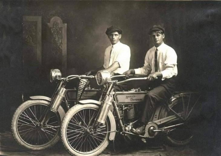 Hermanos Harley Davison, arriba de sus motos