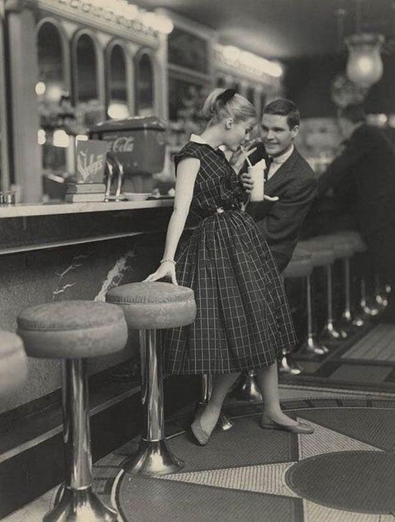 Pareja intentando conquistarse los unos a los otros en 1950