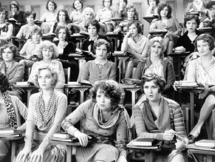 MUJERES ESCUCHANDO UNA PLATICA DE SEXUALIDAD EN 1929