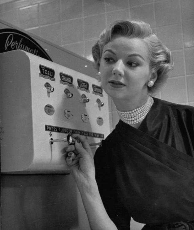 MUJER EN UN PROBADOR DE PERFUMES EN 1952