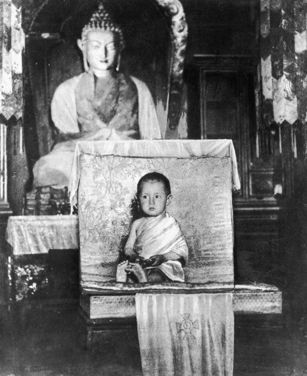 Dalai Lama a los dos años postrado en un templo de budha
