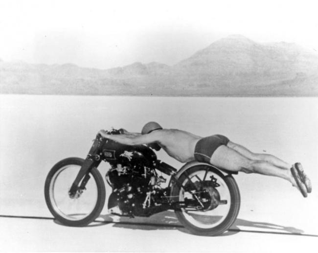 Hombre desafiando los records de velocidad en una posición muy extrema