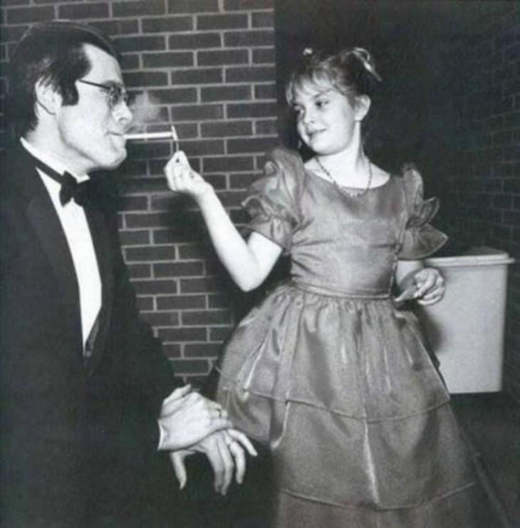 Drew Barrimore prendiendo un cigarrillo a su director de filme Steven King