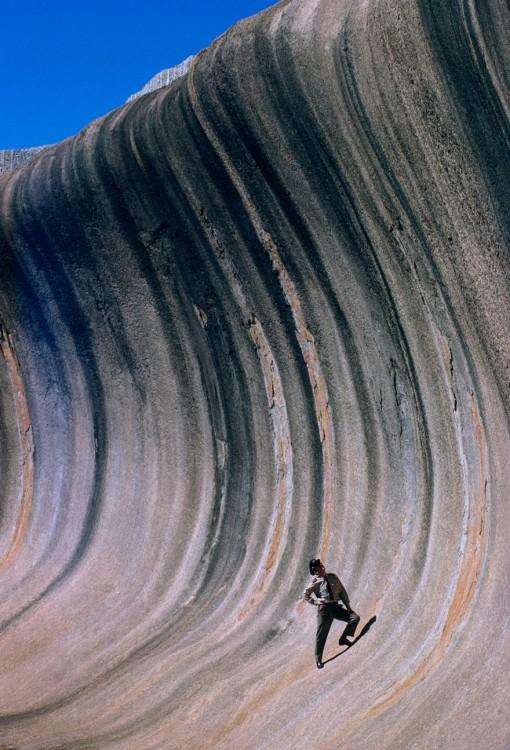 Ola de roca deformada por el viento y la lluvia, Australia occidental, 1963