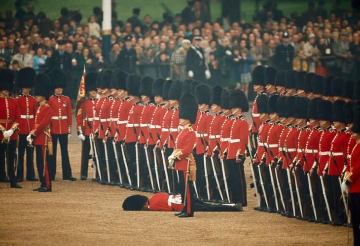 Soldado cae desmayado en LA GUARDIA REAL