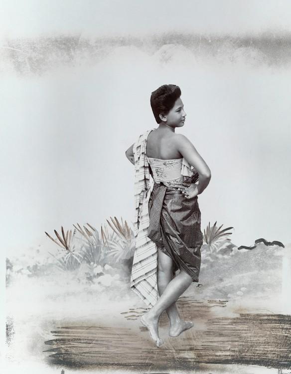 mujer thai posando en un panung