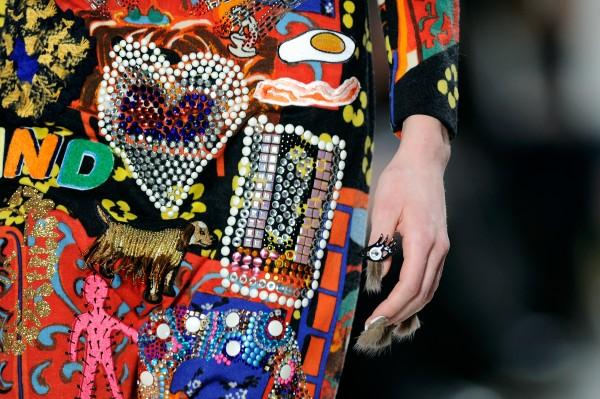 Mano de una chica en una pasarela de moda con lo nuevo en tendencia de uñas peludas
