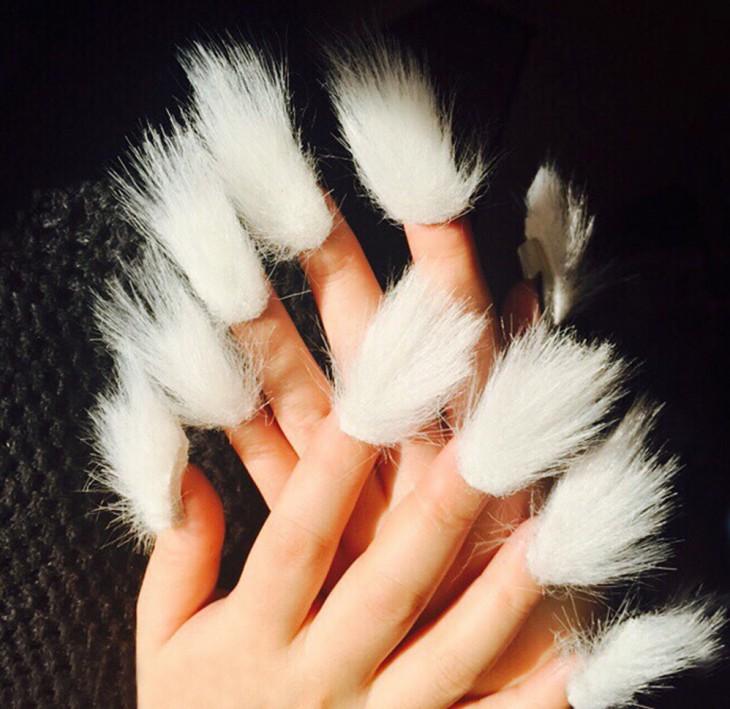 manos de una chica con la nueva tendencia de las uñas peludas