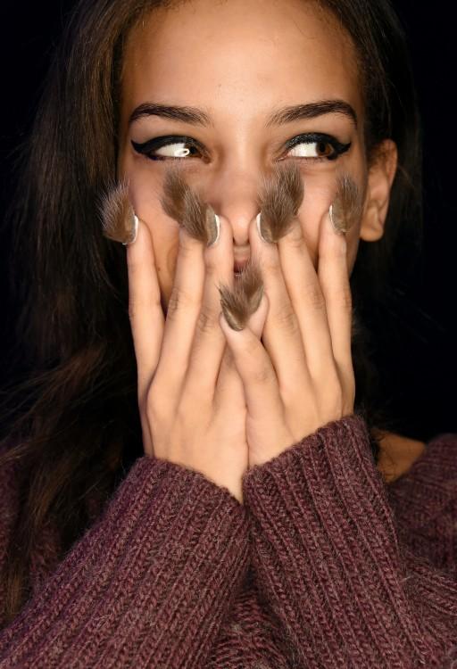 chica con las manos en la cara mostrando sus Furry Nails, uñas peludas