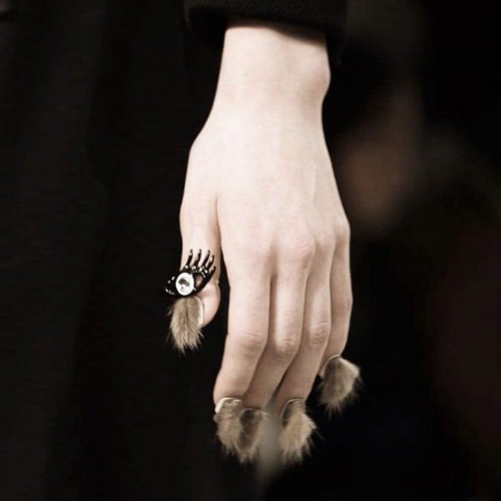 mano de una chica con la nueva tendencia de uñas peludas