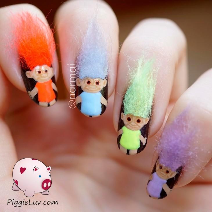uñas decoradas de nomos con pelos de colores