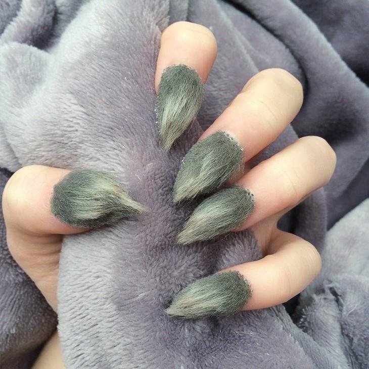 uñas con la nueva tendencia de pelos en color gris