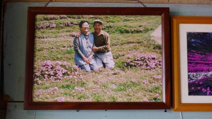 Retrato de una pareja en Japón en el jardín de su casa
