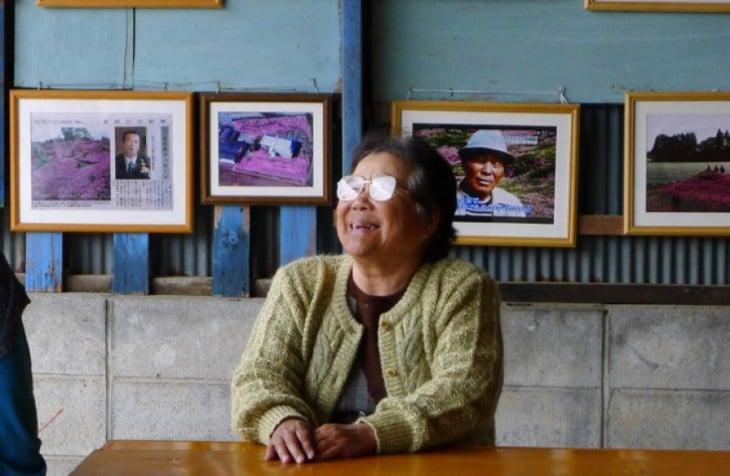 Sra. Kuroki, mujer que su esposo le plantó un jardín con más de 7,000 shibazakura rosas