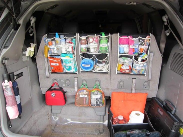 Organizadores de zapatos en el asiento trasero de un coche