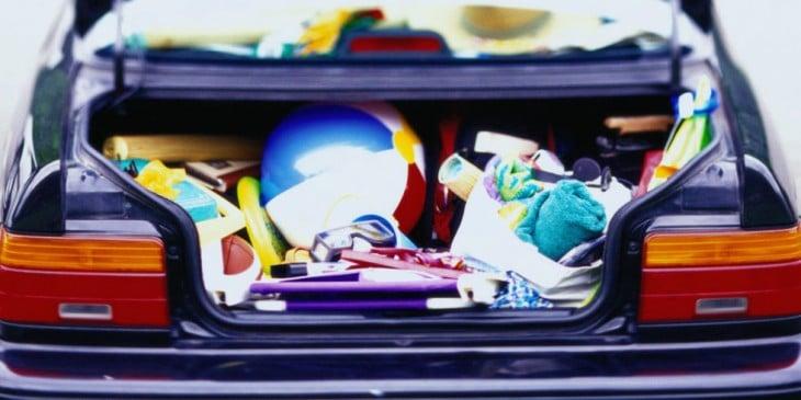 Cajuela de un coche con artículos bien organizados