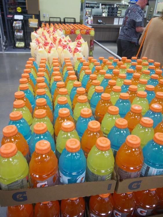 Botellas de Gatorade ordenadas por colores