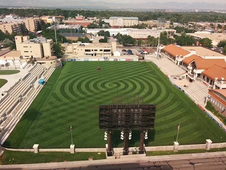 campo con un diseño perfectamente circular