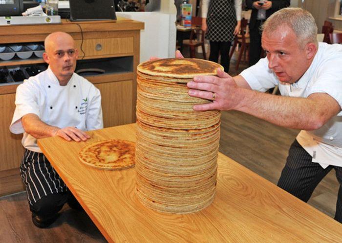 hombre acomodando tortillas de harina perfectamente redondas