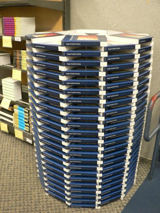 libros de una biblioteca acomodados formando un círculo