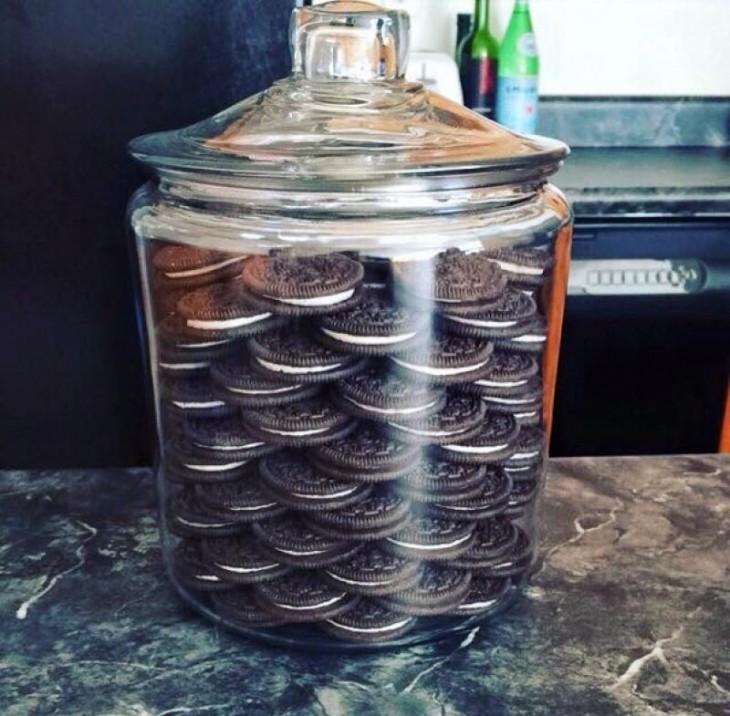 Frasco de vidrio con galletas oreo ordenadas dentro