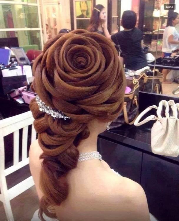 peinado de una rosa perfecto en el cabello de una chica